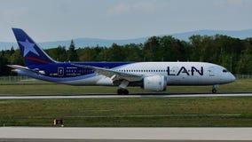 LAN Airlines surfacent le roulement sur le sol sur la piste, Francfort, FRA clips vidéos