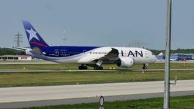 LAN Airlines surfacent le roulement sur le sol sur la piste, Francfort, FRA banque de vidéos