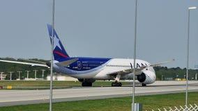 LAN Airlines-vliegtuig die in de Luchthaven van Frankfurt, FRA taxi?en stock video