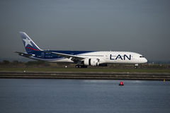 LAN Boeing 787 terres de Dreamliner à l'aéroport de Kingsford-Smith, Sydney Images libres de droits
