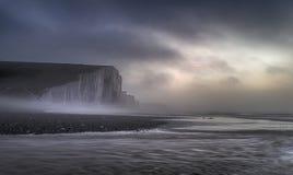 Lan de niebla dramático hermoso de los acantilados de las hermanas de la salida del sol siete del invierno imágenes de archivo libres de regalías