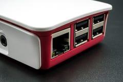 LAN et ports USB d'ordinateur de simple-conseil dans les plas blancs et rouges photographie stock