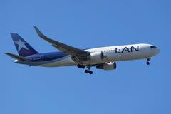 Lan-Fluglinien Boeing 787 Dreamliner steigt für die Landung an internationalem Flughafen JFK in New York ab Lizenzfreie Stockbilder