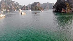 Lan Ha Bay, Quang Ninh Province, Vietnam puerto pesquero ocupado con los barcos de pesca Abej?n del tiroteo Silueta del hombre de almacen de metraje de vídeo