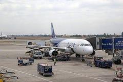 Lan luchtbus bij de luchthaven van Santiago, Chili stock foto's