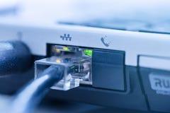 LAN netwerk met kabel aangesloten aan rj-45 dichte omhooggaand van het havennotitieboekje royalty-vrije stock foto