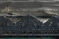 Lana żelazna antykwarska ławka przy nadmorski Zdjęcia Royalty Free