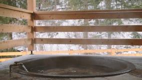 Lana żelazna bednia z wodą mineralną i obracająca dalej klepnięcie z zimną wodą zbiory wideo