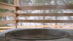 Lana żelazna bednia z wodą mineralną i obracająca daleko klepnięcie z zimną wodą zbiory wideo