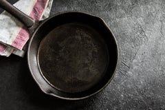 Lana żelazna niecka na czerni zdjęcie stock
