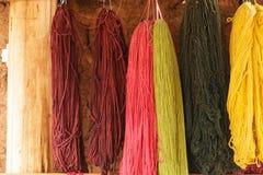 Lana Colourful dell'alpaga, asciugantesi sulla parete, il Perù Immagine Stock Libera da Diritti