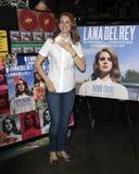 Lana Del Rey ad una prestazione e ad una sign CD per il suo album ?sopportato per morire? Immagine Stock