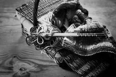 Lana e ferri da maglia monocromatici Immagine Stock Libera da Diritti