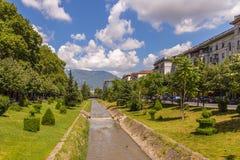 Lana-Fluss in der Mitte von Tirana, Albanien stockfotografie