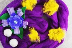 Lana gialla e porpora della lana della feltratura, fiore fatto di lana Fotografia Stock Libera da Diritti