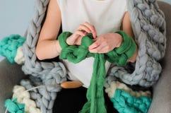 Lana merino kniting della giovane donna con le mani Fotografia Stock Libera da Diritti
