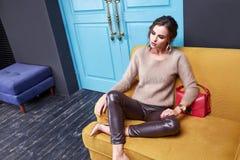 Lana scarna del cashmere dei pantaloni della donna di bellezza di trucco della schiuma sexy di usura Fotografie Stock Libere da Diritti