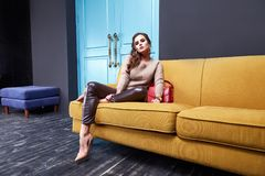 Lana scarna del cashmere dei pantaloni della donna di bellezza di trucco della schiuma sexy di usura Fotografia Stock