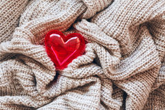 Lana tricottata, cuore rosso, biglietto di S. Valentino Fotografia Stock