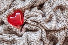 Lana tricottata, cuore rosso, biglietto di S. Valentino Fotografia Stock Libera da Diritti