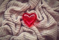 Lana tricottata, cuore rosso, biglietto di S. Valentino Immagine Stock Libera da Diritti