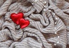 Lana tricottata, cuore rosso, perla, biglietto di S. Valentino Fotografie Stock