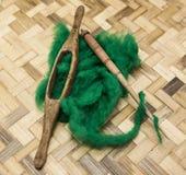 Lana verde e vecchio primo piano del fuso su fondo di legno Strumenti per tricottare della lana Fotografie Stock