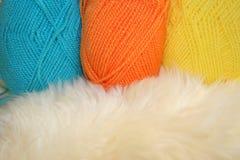 Lanas anaranjadas y amarillas azules Fotos de archivo libres de regalías