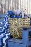 Lanas azules y agujas que hacen punto Fotografía de archivo libre de regalías
