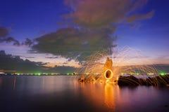 Lanas de acero de baile del fuego asombroso en el crepúsculo fotografía de archivo