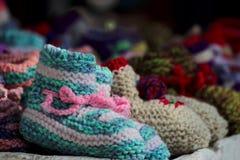 Lanas de los niños que hacen los zapatos Fotos de archivo libres de regalías