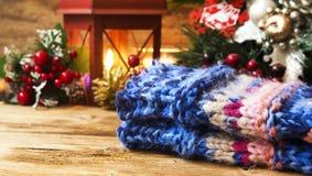 Lanas Handwarmers con la decoración de la Navidad Fotografía de archivo libre de regalías