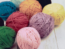 Lanas multicoloras, bolas de lanas en fondo gris Foto de archivo