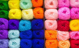 Lanas que hacen punto coloridas Imagen de archivo