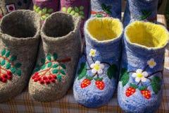 Lanas rusas bordadas coloreadas hermosas de las ovejas del valenki a llevar dentro Fotos de archivo libres de regalías