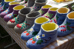 Lanas rusas bordadas coloreadas hermosas de las ovejas del valenki a llevar dentro Imagen de archivo libre de regalías