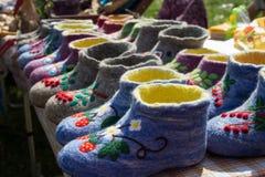 Lanas rusas bordadas coloreadas hermosas de las ovejas del valenki a llevar dentro en vez de los deslizadores Imágenes de archivo libres de regalías