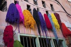 Lanas teñidas, Marrakesh, Marruecos fotografía de archivo