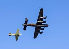 Lancaster bombplan och gatuförsäljare Hurricane Fighter Escort Arkivbild