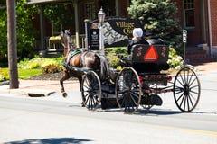 Lancaster County Amische im offenen Buggy stockfotografie