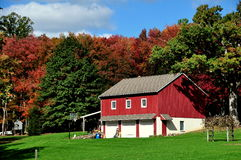 Lancaster County, PA: Red Barn and Fall Foliage Royalty Free Stock Photography