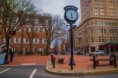 LANCASTER, ETATS-UNIS - AVRIL, 18, 2018 : Vue extérieure de l'horloge métallique énorme située à Lancaster du centre, Pennsylvani Photographie stock