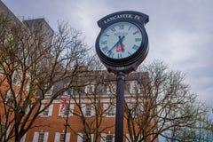 LANCASTER, ETATS-UNIS - AVRIL, 18, 2018 : Vue extérieure de l'horloge métallique énorme située à Lancaster du centre, Pennsylvani Photo libre de droits