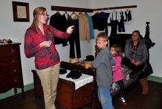 Lancaster, PA: Docent com as crianças no museu da casa de Amish imagem de stock