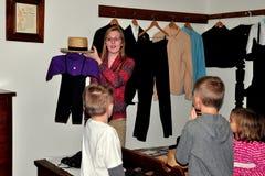 Lancaster, PA: Dozent mit Kindern am amischen Haus-Museum Lizenzfreies Stockfoto