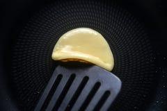 Lance as panquecas com uma espátula Conceito de cozinhar ingredientes e método no fundo de mármore branco, receitas da sobremesa  imagens de stock