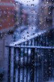 Lance chuvoso da tarde a janela imagens de stock