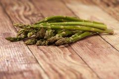 Lance dell'asparago su un fondo rustico Fotografia Stock