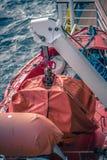 Lance di salvataggio arancio allegate alla piattaforma della nave da crociera Immagini Stock