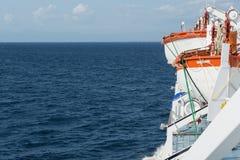 Lance di salvataggio rosse e bianche a bordo della nave Fotografia Stock Libera da Diritti